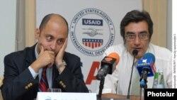 Турецкий политолог Беглул Озкан (слева) на пресс-конференции. Ереван, 2 сентября 2010 г.