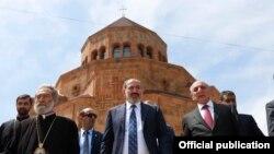 Mayın 9-da Ermənsitanın baş naziri Nikol Pshinian (ortada) Dağlıq Qarabağa səfər edib