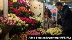 Стенд с цветами в одном из подземных переходов Симферополя