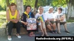 Прихильниці Юлії Тимошенко чергують під лікарнею в Харкові, 25 липня 2012 року (фото О. Овчинникова)