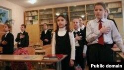 Калуга мәктәбендә балалар гимн җырлый