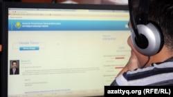 Интернетте отырған қолданушы. Алматы, 21 қыркүйек 2012 жыл. (Көрнекі сурет.)