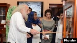 Կլոդ Մութաֆյանը ՖՄԿ-ի գագաթնաժողովի մասնակիցներ երկրների ղեկավարաների կանանց ներկայացնում է նորաբաց ցուցասրահը: