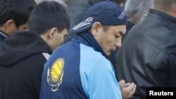 Орталық мешіттегі намаз. Алматы, 26 қазан 2012 жыл. (Көрнекі сурет)