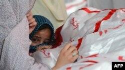 Девочка у гроба одной из жертв теракта 16 февраля 2013 года в городе Кветта, направленного против хазарейской общины.