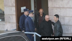 Կենտրոն եւ Նորք Մարաշ համայնքների ընդհանուր իրավասության դատարանից Հովհաննես Թամամյանին տեղափոխում են կալանավայր: 24-ը մարտի, 2011 թ.: Լուսանկարը` Գագիկ Շամշյանի