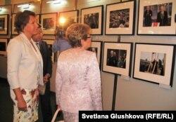 "Татьяна Юмашева (слева) и Наина Ельцина, дочь и жена Бориса Ельцина, на выставке ""Борис Ельцин и его время"". Астана, 7 июня 2012 года."