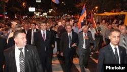 Левон Тер-Петросян во главе демонстрации в Ереване