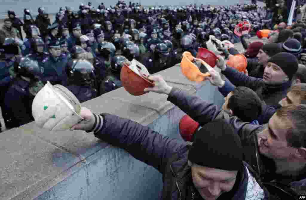 Ukrain magdançylary Kiýewiň hökümet binasynyň daşynda protest geçirýärler.
