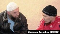 Мұсылмандар әңгімелесіп отыр. Астана, 11 наурыз 2011 жыл. (Көрнекі сурет)