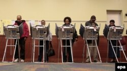 حوزههای رأیگیری در شش منطقه زمانی آمریکا به ترتیب از شرق به غرب گشایش مییابند.