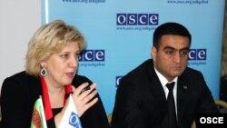 ÝHHG-niň Metbugat azatlygy boýunça wekili Dunýa Miýatowiç (çepde) we Türkmenistanyň daşary işler ministriniň orunbasary Wepa Hajyýew Aşgabatda geçirilen tegelek stol maslahatynda, 14-nji noýabr.
