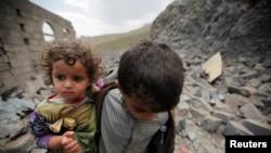 Йеменские дети в разрушенной авиаударами части столицы Йемена. Сана, 11 августа 2016 года.