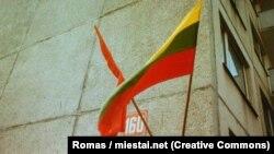 Літоўскі нацыянальны і савецкі сьцягі, 1989. Фота — Romas, miestai.net