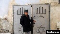 Раввин Михаил Абдурахмонов у дверей последней синагоги