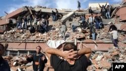 آثار هزة أرضية ضربت مدينة فان التركية قرب الحدود مع العراق في 23/10/2011.