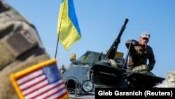 Американський військовий інструктор та український вояк під час багатонаціональних військових навчань «Rapid Trident 2019» на Яворівському полігоні в Західній Україні. Вересень 2019 року
