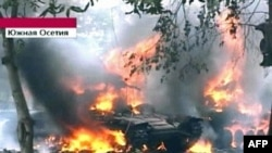 یک تانک ارتش گرجستان در شهر تسخينوالی در اوستیای جنوبی در آتش می سوزد. (عکس از AFP)