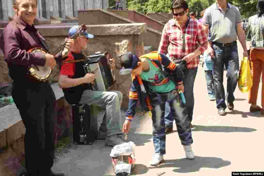 Уличные музыканты поют военные песни. Алматы, 9 мая 2013 года.