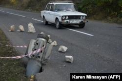 """Ракета от """"Смерч"""" забита в земята на път в околностите на Шуши."""