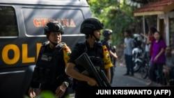 Поліція біля місця одного з нападів, Сурабая, 13 травня 2018 року