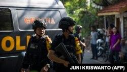 Жанкешті бомбамен шабуыл жасаған шіркеу маңында тұрған полиция қызметкерлері. Сурабая, Индонезия, 13 мамыр 2018 жыл.