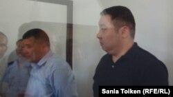 Подсудимые Жомарт Кушалиев и Асылбек Сайфуллин на оглашении приговора по делу о выдаче фальшивых паспортов родне Мухтара Аблязова. Атырау, 4 июня 2013 года.