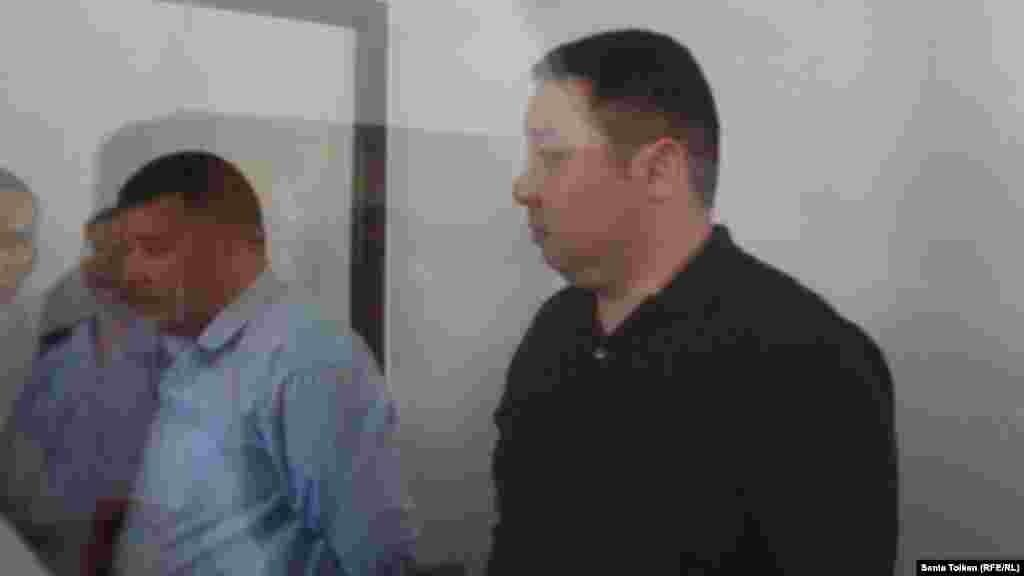 4 июня в Атырау осуждены семь человек по обвинению в содействии подделке документов семье оппозиционного политика и банкира в изгнании Мухтара Аблязова. На фото: бывший сотрудник миграционной полиции Жомарт Кушалиев и сотрудник частной фирмы Асылбек Сайфуллин в суде.