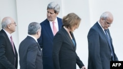 Sekretari amerikan i shtetit, John Kerry largohet nga Shtëpia e Bardhë me negociatorët izraelit dhe palestinez pas takimit me presidentin Barack Obama, 30 korrik 2013