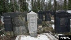 فرانتس کافکا در سن چهل سالگى در سال ۱۹۲۴ ميلادى بر اثر بيمارى سل و ناراحتى هاى مزمن ريوى در «كيرلينگ» اتريش گذشت و مزارش در گورستان ژيژكف پراگ است.