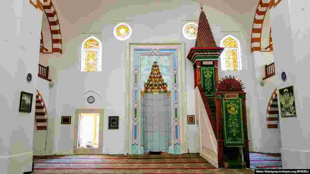 Центральный зал Джума-Джами состоит из двух ярусов. По данным историков, именно здесь проходил обряд посвящения в крымские ханы. После чего новый хан расписывался в специальном акте и оставлял его на хранение в мечети. Затем правитель выходил к подданным и заявлял, что он новый хан, и отправлялся в Бахчисарай