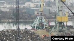 """Загрузка металлолома в Севастополе на борт судна """"Генерал"""", ходящего под флагом Республики Палау"""