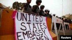 Policë të Jemenit bëjnë roje para ambasadës amerikane në Sanaa, Jemen