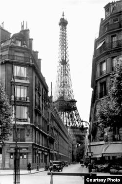 Parisul în anii 1920, Turnul Eiffel (Foto: Biblioteca Centrală Universitară, Iași)