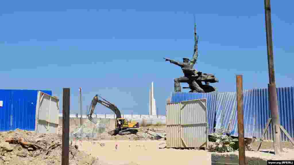 Строительные работы у памятника «Матрос и солдат» на мысе Хрустальном в Севастополе
