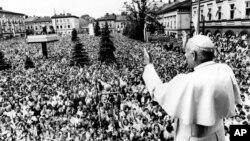 Папа Іван Павло Другий у своєму рідному містечку Вадовіце, Польща, вітає вірних під час першого візиту до комуністичної Польщі після обрання понтифіком. 7 червня 1979 року
