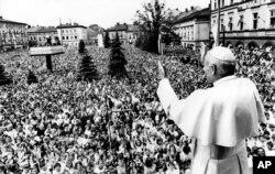 Совсем другие времена: Иоанн Павел II приветствует верующих в своем родном городке Вадовице на юге Польши, 7 июня 1979 года