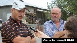 Victor Ropot (stânga) în discuţie cu Valentina Basiul