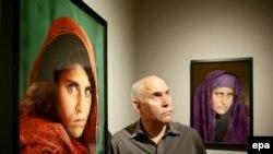 """Sharbat Gula """"Vajza Afgane"""", e përjetësuar në ballinën e revistës, National Geographic nga fotografisti amerikan Steve McCurry."""