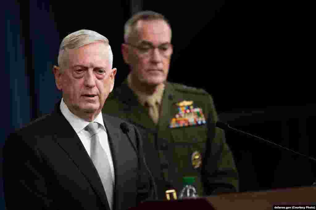 Глава Пентагона Джим Маттис (слева) сообщил, что в операции задействовано вдвое больше оружия, чем в прошлом году, когда вооруженные силы США выпустили 59 ракет «Томагавк» по авиабазе войск президента Башара Асада