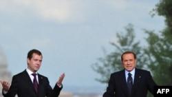 Дмитрий Медведев (с) һәм Сельвио Берлускони