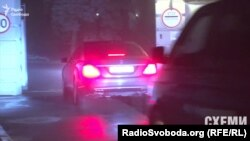 Автомобіль прем'єр-міністра з чорного входу заїжджає до Адміністрації президента