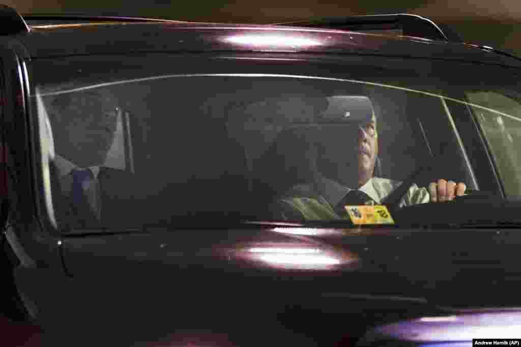 Поранешниот шеф на кампањата на американскиот претседател Доналд Трамп, Пол Манафорт (лево), пред пристигнувањето во седиштето на ФБИ. Тој им се предал на федералните власти во врска со истрагата на специјалниот советник Роберт Милер за наводното руско мешање во претседателските избори во 2016 година и евентуалниот дослух со соработници на Трамп. Манафорт ги отфрли обвиненијата.