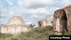"""Кочкор өрөөнүндөгү Дөң-Алыш кыштагынан түндүк-чыгыштагы """"Манастын Кырк чоросунун күмбөзү"""" деп аталган, бирок 16-18-кылымдарга таандык көрүстөн. КУУнун окутуучусу, археолог Ороз Солтобаевдин """"Азаттыкка"""" белекке берген сүрөтү. 02.7.11."""