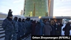 Полицейский спецназ блокирует многодетным матерям путь к резиденции президента. Нур-Султан, 18 декабря 2019 года.
