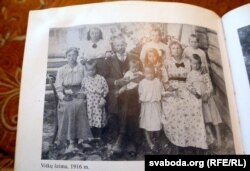 Гэтак выглядала сям'я малькаўскіх літоўцаў на пачатку 20 стагодзьдзя. Фота з кнігі «Сьвятло малькаўскага бярэзьніка»