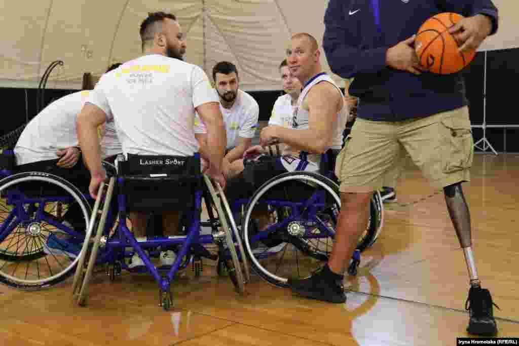 Збір перед початком гри у баскетбол на візках