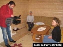 """Almir i Dušica Salihović sa sinom Jusufom i dopisnikom RSE u kućici koju im je sagradila austrijska organizacija """"Seljaci pomažu seljacima"""""""