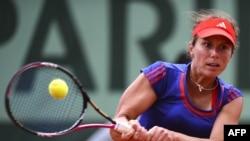 "Warwara Lepçenko Parižiň 'Roland Garros"" stadionynda çehiýaly Petra Kwitowa bilen ýaryşýar. 4-nji iýun, 2012."