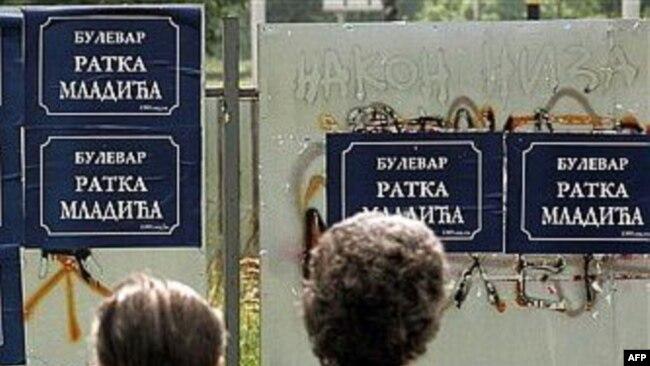Aleksandar Vučić pre deset godina po Beogradu lepio plakate Ratka Mladića